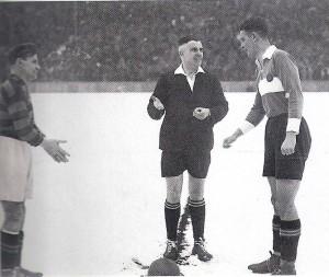 """Der SK RAPID Wien wurde 1941 nicht nur Deutscher Fußballmeister, http://www.oepb.at/allerlei/als-boehmen-noch-bei-oesterreich-war.html die Hütteldorfer Kanoniere konnten am 8. Jänner 1939 auch den Deutschen Pokal gewinnen. Im Bild von links: Hermann """"Bubi Armbruster (FSV Frankfurt), Schiedsrichter Fritz Rühle, sowie Franz """"Bimbo"""" Binder (RAPID). Foto: Franz Binder / oepb"""