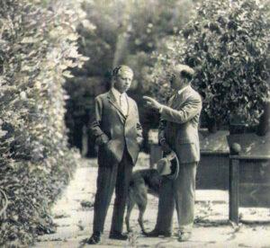 """Es war ein tollkühnes Projekt, das die Gründerväter der """"Salzburger Festspiele"""" nach dem Ende des """"Großen Krieges"""" 1918 in Angriff nahmen. Nämlich eine Idee zu realisieren, nach dem Zerfall der Monarchie mit sommerlichen Festspielen den Menschen wieder Freude in ihr Leben zu bringen. Im Bild Max Reinhardt (links) und Hugo von Hofmannsthal im Park des Schlosses Leopoldskron in Salzburg im Sommer 1920. Foto: Archiv der Salzburger Festspiele"""