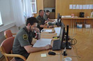 Soldaten vom Panzerbataillon 14 beim Kontaktpersonenmanagement in der Bezirkshauptmannschaft Wels-Land. Foto: © Bundesheer
