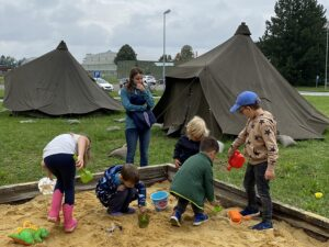 Die Kinder spielen am Kasernengelände im Sandkasten, werden dabei von Anja Geier betreut und auch die großen  Bundesheer-Mannschaftszelte bieten Abwechslung und Spaß beim Spiel. Foto: © BMLV / MildKdo OÖ