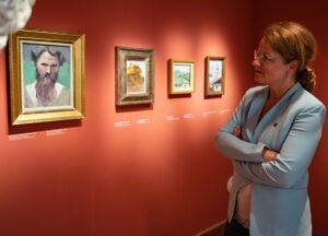 Christiane Tesschl-Hofmeister in der Schatzkammer des Egon Schiele Museums Foto: © NLK Reinberger