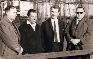 """Hans Rinner (ganz links), mit seinem späteren Sportreferat-Nachfolger Jürgen """"Joe"""" Kreuzer http://www.oepb.at/allerlei/sk-voeest-linz-erinnerungen-an-juergen-joe-kreuzer.html (dritter von links). Dazwischen Direktor Ing. Hans Brandlmayr, sowie SK VÖEST-Schriftführer Bruno Sturm (ganz rechts). Foto: © oepb"""