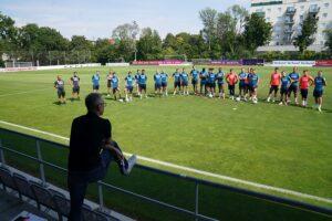 In seinem letzten Engagement als violetter Trainer wurde er 2013 Meister mit der Austria. Nach sieben Jahren ist Peter Stöger (im Vordergrund) nun als Coach zurück. Man wird sehen, wie sich sein Team entwickeln wird. Foto: © FAK