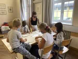 Wenn das Wetter weniger zum draußen herumtollen einlädt, kümmert sich Julia Kellermayr mit ihrer Bastel- und Mal-Gruppe um die Kleinen. Foto: © BMLV / MilKdo OÖ