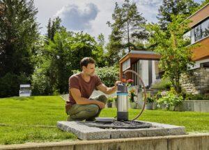 Mit GARDENA Pumpen wird das kostbare natürliche Regenwasser aus Regentonnen, Brunnen oder Zisternen direkt zur Bewässerung mit Regnern, Brausen oder mit einem wassersparenden Tropfsystem befördert. Foto: © GARDENA