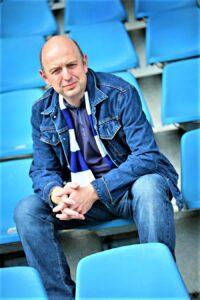 Frank Goosen, von Kopf bis Fuß auf VfL Bochum eingestellt, auf der Tribüne des Ruhrstadions. Foto: Volker Wiciok
