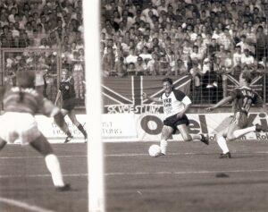 """LIVA-Großveranstaltung in Linz. Der FC Tirol traf in einem Freundschaftsspiel auf Real Madrid (0 : 3). Die Gugl war mit 25.000 Zuschauern ausverkauft. Bereits zum """"Vorspiel"""", dem Linzer Stadtderby, diesmal """"nur"""" in Liga Zwei, waren über 20.000 Zuschauer zugegen. So passiert am 24. August 1989. Im Bild von links: Georg Majer (VÖEST), im Hintergrund an der Linie der spätere FIFA-Referee Fritz Stuchlik, Dietmar Metzler (LASK), sowie der aus Graz heimgekehrte Georg Zellhofer. Das Derby endete mit einem 2 : 2. Foto: © oepb"""