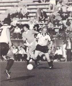 Teamprobespiel auf der Hohen Warte: Österreich trennt sich von Feynoord Rotterdam mit einem 1 : 1 (0 : 0). So passiert am 15. April 1981. Zellhofer (am Ball) trug eine Halbzeit lang das Nationaltrikot. Links im Bild Hans Krankl. Foto: © oepb