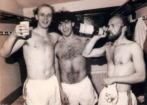 Bescheidener Jubel mit Mineralwasser in der VÖEST-Kabine nach einem Derbysieg. Im Bild von links: Georg Zellhofer (Torschütze zum 1 : 0), Manfred Schill und Siegfried Bauer. Aus SK VÖEST Linz gg. LASK, 2 : 0 (2 : 0) vom 8. April 1983. Foto: © oepb