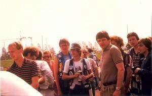 """Eine Woche später war Zellhofer bereits bei der Kampfmannschaft dabei, die im Rahmen des Intertoto-Bewerbes in die Schweiz reiste. Im Bild von links: Georg Zellhofer, Max Hagmayr, dazwischen Mitglieder des SK VÖEST-Fanklubs """"Blue Army 1977"""", sowie SK VÖEST-Urgestein Ferdinand Milanovich (graues Polo). Aus Young Boys Bern gg. SK VÖEST Linz, 0 : 1 (0 : 0) vom 26. Juli 1980. Foto: © oepb"""