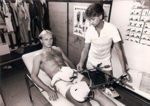 Verletzungen stoppten immer wieder die Karriere des Georg Zellhofer. Hier machte ihm ein Muskelabriss zu schaffen, erlitten beim Saisonauftakt am 22. Juli 1986 gegen den SC Eisenstadt in der 4. Spielminute. SK VÖEST-Masseur Otto Reingruber kümmerte sich aufopferungsvoll um seinen Schützling. Zellhofer ließ es sich nicht nehmen, am 1. August 1986 beim Stadtderby gegen den LASK wieder in der Stammformation zu stehen, sehr zur Freude des VÖEST-Anhangs. Foto: © oepb