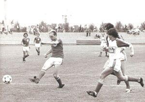 Im Unter 21-Team des SK VÖEST Linz legte Georg Zellhofer (im Bild beim Torschuss) sogleich los. Hier im Rahmen eines Testspieles im Trauner Stadion gegen den SV Haka Traun am Samstag, 19. Juli 1980. Aus SV Haka Traun gg. SK VÖEST Unter 21 1 : 2 (1 : 1). Foto: © oepb