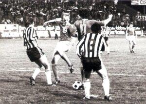 Das Debüt im Oberhaus ging verloren, nicht aber seine Liebe für den SK VÖEST Linz. In Summe trug Georg Zellhofer über 300mal den Dress der Linzer Werkssportler. Im Bild von links: Heinz Singerl (LASK), Georg Zellhofer und Max Hagmayr (Nr. 11, beide SK VÖEST), sowie Gert Trafella (Nr. 3, LASK). Aus LASK gg. SK VÖEST Linz, 2 : 0 (1 : 0) vom Mittwoch, 29. Oktober 1980 vor 11.500 Zuschauern im Linzer Stadion. Foto: © oepb