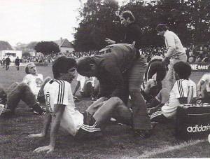 Georg Zellhofer im Dress von Vorwärts Steyr, hinten links, im Rahmen des Aufstiegspieles gegen Flavia Solva am 30. Juni 1979 am Vorwärts-Platz, das in die Verlängerung ging. Trainer Rudolf Jetzinger (Bildmitte, stehend) gibt dem erschöpften Team die letzten Anweisungen. Foto: privat