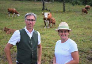 Bauernbund-Präsident Abg. z. NR DI Georg Strasser und Abg. z. NR Bettina Zopf auf den Almen in Oberösterreich. Foto: © Bauernbund
