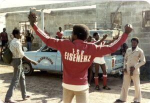 Spieler und Fans des lokalen Fußballklubs von Lunsar, Sierra Leone, 1983, Foto: Ivo Gölz - HdGÖ