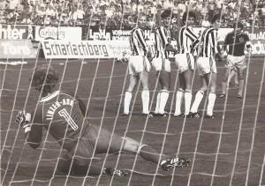 Aus der Bundesliga-Geschichte: Die Saison 1981/82 war nach vier gespielten Runden noch sehr jung, als am 5. Spieltag, einem Samstag, 12. September 1981 um 16 Uhr im Linzer Stadion der LASK und der SK VÖEST Linz zum ersten von insgesamt vier Stadt-Derbys der Saison antraten. Der SK VÖEST galt als Favorit und hätte bei einem vollen Erfolg zur Tabellenspitze aufschließen können. Der LASK startete durchwachsen in die neue Spielzeit und lag in der 10er Liga an der 8. Stelle. Die Gugl war mit 13.500 Zuschauern gut besucht und an jenem Tag auch das Stadion mit den meisten Zuschauern in Österreich. Und es kam, wie es so oft gerade in Derbys immer wieder passiert – der Favorit strauchelte. VÖEST´s Paradestürmer Max Hagmayr war bei Kurt Nagl http://www.oepb.at/allerlei/kurt-wolfgang-nagl-admiraner-im-lask-dress.html in guten Händen und Willi Kreuz, http://www.oepb.at/allerlei/wilhelm-willy-kreuz.html Dreh- und Angelpunkt des SK VÖEST-Spiels scheiterte – wie hier auf dem Schnappschuss aus der 1. Spielhälfte, mehrmals an LASK-Keeper Klaus Lindenberger. Im Bild von links: Klaus Lindenberger, Jupp Bläser, Wolfgang Nagl, Josef Lenhart, Karl Meister (alle LASK), sowie Willi Kreuz (SK VÖEST). Aus LASK gg. SK VÖEST Linz vom 12. September 1981 vor 13.500 Zuschauern im Linzer Stadion, 1 : 0 (Pausenstand 0 : 0). Quelle und Foto: © oepb