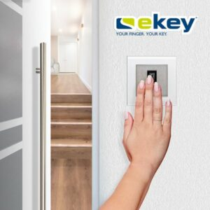 Tür öffnen, Rollladen hochfahren und Licht einschalten per Fingerprint – ein mögliches Anwendungsszenario von ekey in Verbindung mit Somfy. Foto: © ekey