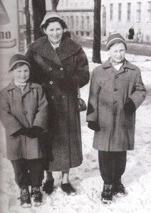 """Aus dem Familien-Album. Von links: Bruder Walter """"Schwammerl"""", Mutter Elfriede und Heinz Marecek im winterlichen Wien der 1950er Jahre. Foto: privat"""