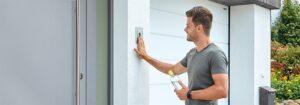 Mit einem ekey-Fingerprint können Haustüren, Alarmanlagen, Garagentore und Gartentüren individuell angesteuert werden. Foto: © ekey