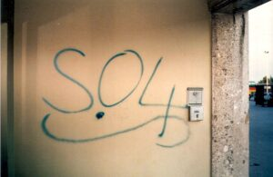 """""""S.04""""-Schriftzüge prägten in den Jahren 1986 bis 1988 das Linzer Stadtbild, hier am Eingang zur Ehrentribüne des Linzer Stadions. Foto: © oepb, 1987"""