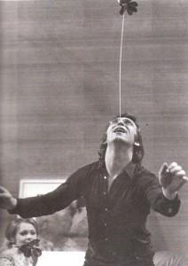 Der junge Schauspieler Heinz Marecek als Jongleur bei einer Proben-Pause. Im Hintergrund: Brigitte Neumeister. Foto: privat