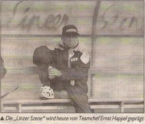 """Faksimile: Ernst Happel nahm, sichtlich ungerührt, am 2. September 1992 auf der von der """"Linzer Szene"""" verschönerten Trainerbank im Linzer Stadion unmittelbar vor dem Länderspiel Österreich vs. Portugal (1 : 1) Platz. Sammlung: oepb"""