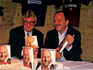 """""""Ich spielte nie so gut Fußball, wie Heinz Marecek vorlesen kann!"""" Dieser Ritterschlag stammt von Österreichs- und FK Austria Wien-Jahrhundert-Fußballer Herbert """"Schneckerl"""" Prohaska. http://www.oepb.at/allerlei/fak-das-war-und-ist-der-klub-meines-herzens.html Marecek (links) trug im Dezember 2005, reichlich pointiert, aus dem Buch PROHASKA – Mein Leben vor. Foto: © oepb"""