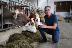 """""""Die Debatte flammt wieder auf. Internationale Lebensmittelkonzerne wollen billige Imitate als Milch bezeichnen. Dies stößt mir auf wie saure Milch."""", so Bauernbund-Präsident Georg Strasser."""
