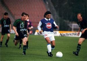 Der mexikanische Weltstar Hugo Sanchez (blau-weiße Dress) 1995/96 für acht Monate zu Gast in Österreich beim FC Linz. Foto: © oepb