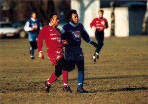 Testspiel des FC Linz gegen die SV Ried in der Winterpause 1995/96 am SK VÖEST-Werkssportplatz. Im Bild von links: Marinko Ivsic (Ried) gegen Hugo Sanchez. Foto: © oepb