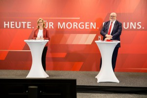 Klimaschutzministerin Leonore Gewessler und ÖBB CEO Andreas Matthä präsentierten den neuen Rahmenplan 2021-2026. Foto: © ÖBB