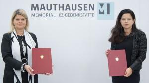 Verteidigungsministerin Klaudia Tanner (links) und Barbara Glück, Direktorin des Mauthausen- Memorial mit den Urkunden. Foto: © BMLV / Pusch