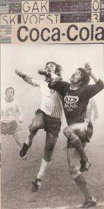 """Aus der Bundesliga-Geschichte: Vor 45 Jahren stoppte zwar noch kein Corona-Virus die Abhaltung von Fußballspielen in Österreich, aber das Wetter konnte schon hin und wieder einen Strich durch die Rechnung der Bundesliga-Terminplaner machen. Das ursprünglich für Freitag, 31. Oktober 1975, 17 Uhr terminisierte Bundesliga-Spiel zwischen dem SK VÖEST Linz und dem Grazer AK wurde beim Stand von 0 : 1 in der 28. Spielminute von Schiedsrichter Adolf Mathias abgebrochen. Grund dafür war der anhaltend dichte Nebel, der über der Linzer Gugl lag. Mathias stand auf Höhe der Mittelauflage und sah schlichtweg beide Tore nicht mehr. Am nächsten Tag sollte ein neuer Versuch unternommen werden. Nun, zu Allerheiligen, am Samstag, 1. November 1975 war das Wetter ungleich besser, aber da bereits um 14.30 Uhr gespielt wurde, hoffte man samt Unterstützung des Flutlichts auf einen reibungslosen Ablauf. Damals war es so, dass auf das Hinspiel eine Woche darauf sofort das Rückspiel auf des Gegners Platz ausgetragen wurde. Der SK VÖEST nahm Revanche für die in der Vorwoche in Graz Liebenau erlittene 1 : 2-Auswärtsniederlage und verabschiedete die Grazer Rotjacken mit einem 3 : 0 aus Linz. Knapp 2.000 Zuschauer sahen zwar wieder nicht allzu viel, aber für Referee Mathias genügte die Sicht gerade noch für eine ordnungsgemäße Durchführung dieser Begegnung. Die Torschützen in Reihen der Linzer waren Josef """"Sepp"""" Stering, Ferdinand Milanovich und Fritz Ulmer, der Onkel von Andreas Ulmer (RB Salzburg). Im Bild von links: Josef Stering, Walter Roßkogler (beide SK VÖEST), sowie Johann Neusiedler (GAK). Aus SK VÖEST Linz vs. GAK, 3 : 0 (2 : 0) vom 1. November 1975. Quelle und Foto: © oepb"""