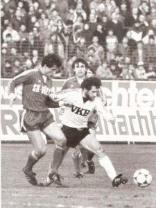Fritz Pöhli ließ den polnischen Legionär Tadeusz Malnowicz in 90 Minuten nur einmal aus den Augen. Und da gelang dem Polen das Goldtor. Von links: Fritz Pöhli, Gerhard Ulmer (beide SK VÖEST), Teddy Malnowicz (LASK). Aus LASK gg. SK VÖEST Linz, 1 : 0 (0 : 0) vom 10. März 1984. Foto: © oepb