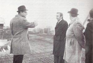 Heinz Nittel (* 29. Oktober 1930, † 1. Mai 1981), ganz links im Bild, in seiner Eigenschaft als Wiener Baustadtrat anlässlich des Hallenbad-Bäderbaus zu Wien-Döbling im Frühjahr 1977. Foto: © oepb