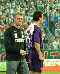 Aus der Bundesliga-Geschichte: Die Wiener Derby-Bilanz von Peter Stöger (links im Bild mit FAK-Stürmer Roland Linz) in seiner Eigenschaft als violetter Feldherr ist mit bisher insgesamt 7 Siegen, 2 Unentschieden bei 2 Niederlagen überaus gut. Darüber hinaus ist auch seine Auswärtsbilanz, wenn Favoriten in Hütteldorf antrat, mit 4 Erfolgen und jeweils einem Unentschieden und einer Niederlage durchwegs positiv anzusehen. RAPID scheint dem Erz-Violetten zu liegen, der in seiner Laufbahn selbst von 1995 bis zum Winter 1997/98 den grün-weißen Dress trug. Ganz anders lautet hier die Bilanz: nämlich 6 Siege, 2 Remis und 2 Niederlagen, aus Sicht des RAPID-Spielers Peter Stöger gegen seine Wiener Austria. Quelle und Foto: © oepb