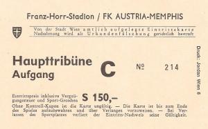 """Aus der Bundesliga-Geschichte: Das ursprünglich für Samstag, 26. November 1983, 14 Uhr angesetzte Meisterschaftsspiel zwischen Austria Memphis und Sturm Graz musste am Vormittag des Spieltages abgesagt werden. Das Schiedsrichter-Trio um Referee Franz Latzin erklärte das spiegelglatte und an den WEV-Eislaufplatz erinnernde Spielfeld im Franz Horr-Stadion als unbespielbar. Auch eine Verschiebung um 24 Stunden kam nicht in Frage, da ein etwaiger Warmwettereinbruch große Wasserlachen nach sich gezogen hätte. Die Absage kam dem Kantinen-Ehepaar Hans und Monika Brosch gar nicht recht, hatten diese doch mit einem guten Besuch am Horr-Platz kalkuliert und dementsprechend vorgesorgt. """"De ganz´n Wurstsemmeln kann i jetzt olle selba essen."""", so ein grantiger Hansl Brosch. Es half alles nichts und die Partie wurde erst am Mittwoch, 30. November 1983, 19 Uhr nachgeholt. Da es dabei um den Herbstmeistertitel ging, war der gute Besuch von über 7.000 Zuschauern bei einem Austria-Heimspiel absolut löblich. Und - die Austria fegte wie ein Orkan über Sturm hinweg und zerlegte die Grazer in sämtliche Einzelteile. 7 : 1 (Pausenstand 3 : 0) lautete das Resultat am Ende, Sturm hatte an jenem Abend nicht den Funken einer Chance. Dreimal Tibor Nyilasi mit einem lupenreinen Hattrick in der zweiten Spielhälfte, zweimal Toni Polster, sowie Istvan Magyar und Josef Degeorgi waren damals die Torschützen. Gernot Jurtin traf für die Steirer. Die Protagonisten von einst sind nun im Violetten Legendenklub vereint und verfolgen stets und getreu die spielerischen Agenden ihrer """"Kinder"""". Der tolle Erfolg damals in einem bitterkalten Franz Horr-Stadion bescherte der Austria nicht nur einen ihrer höchsten Siege in der Bundesliga-Historie, er brachte quasi im Vorbeigehen und Drüberstreuen auch den Titel des Herbstmeisters mit sich - ein erster Schritt am Weg zum Titelgewinn 1983/84. Beide Vereine waren damals um diese Zeit auch noch im Europapokal engagiert: die Austria gegen Inter Mailand – nach dem 2 : 1"""